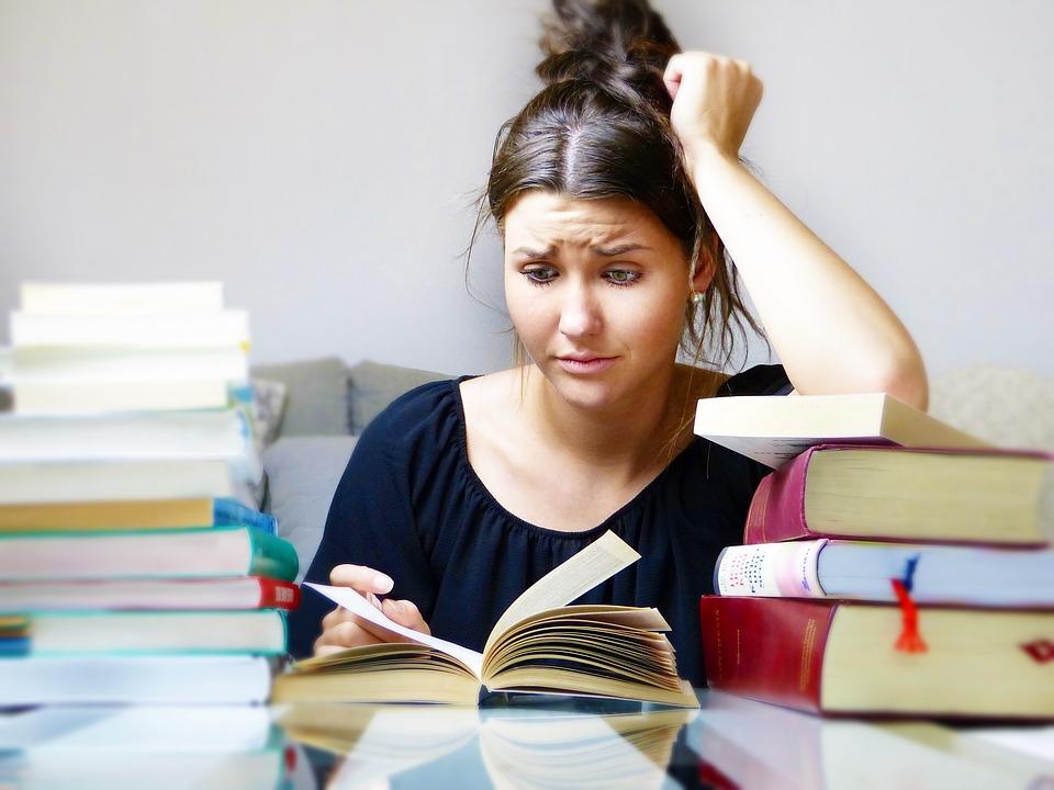 Kvinde med bøger