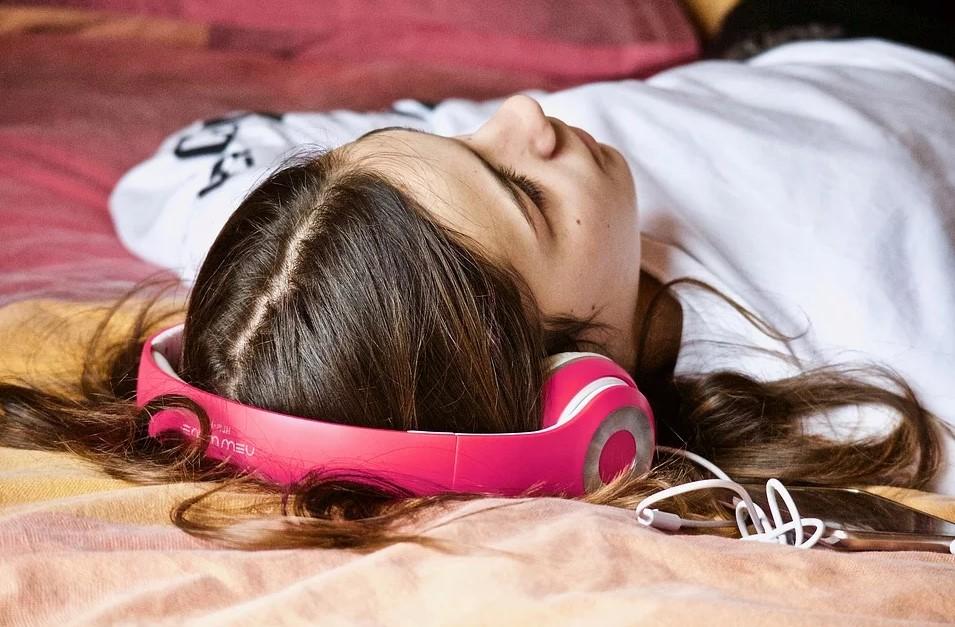 Pige hører musik