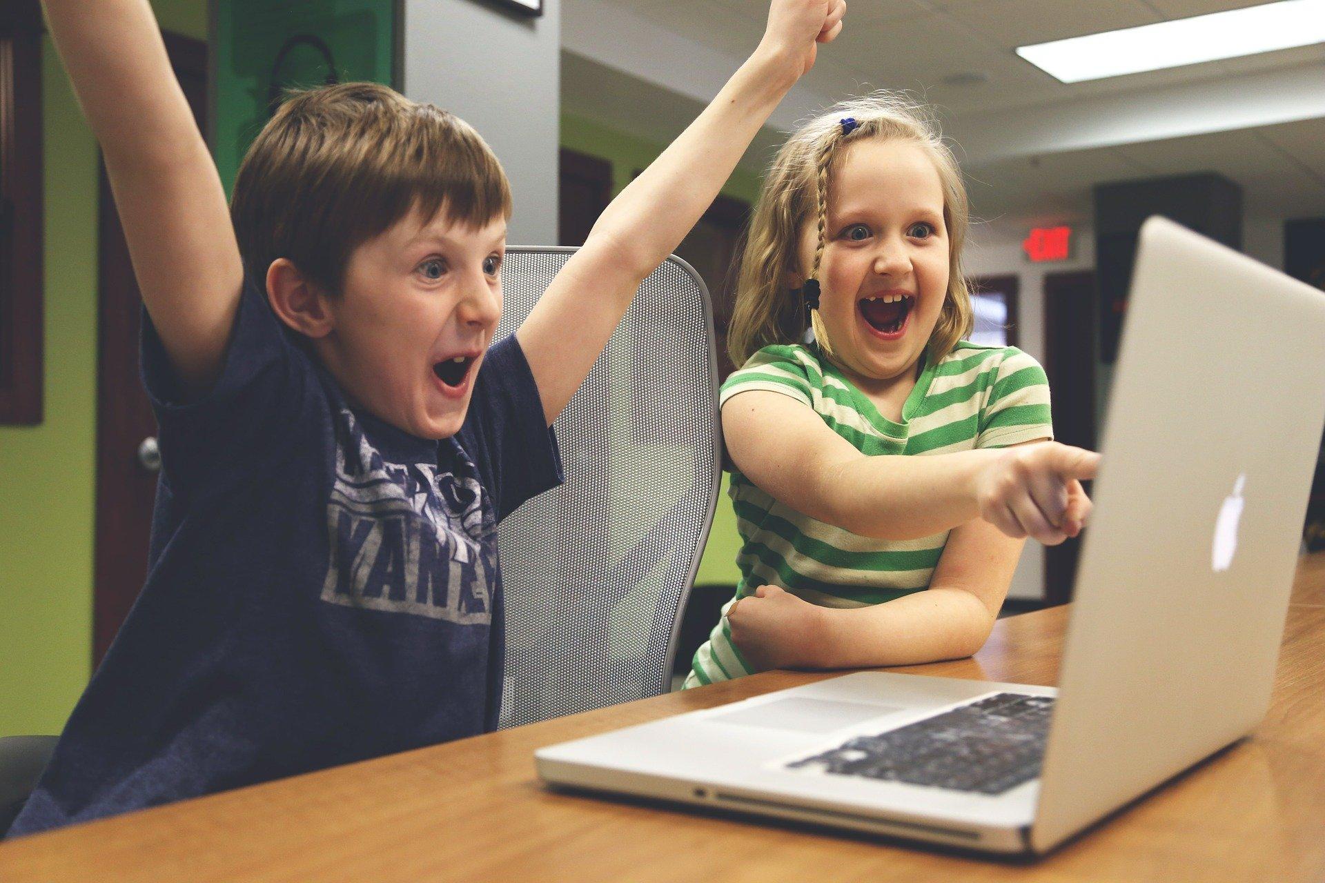 Børn spiller computer