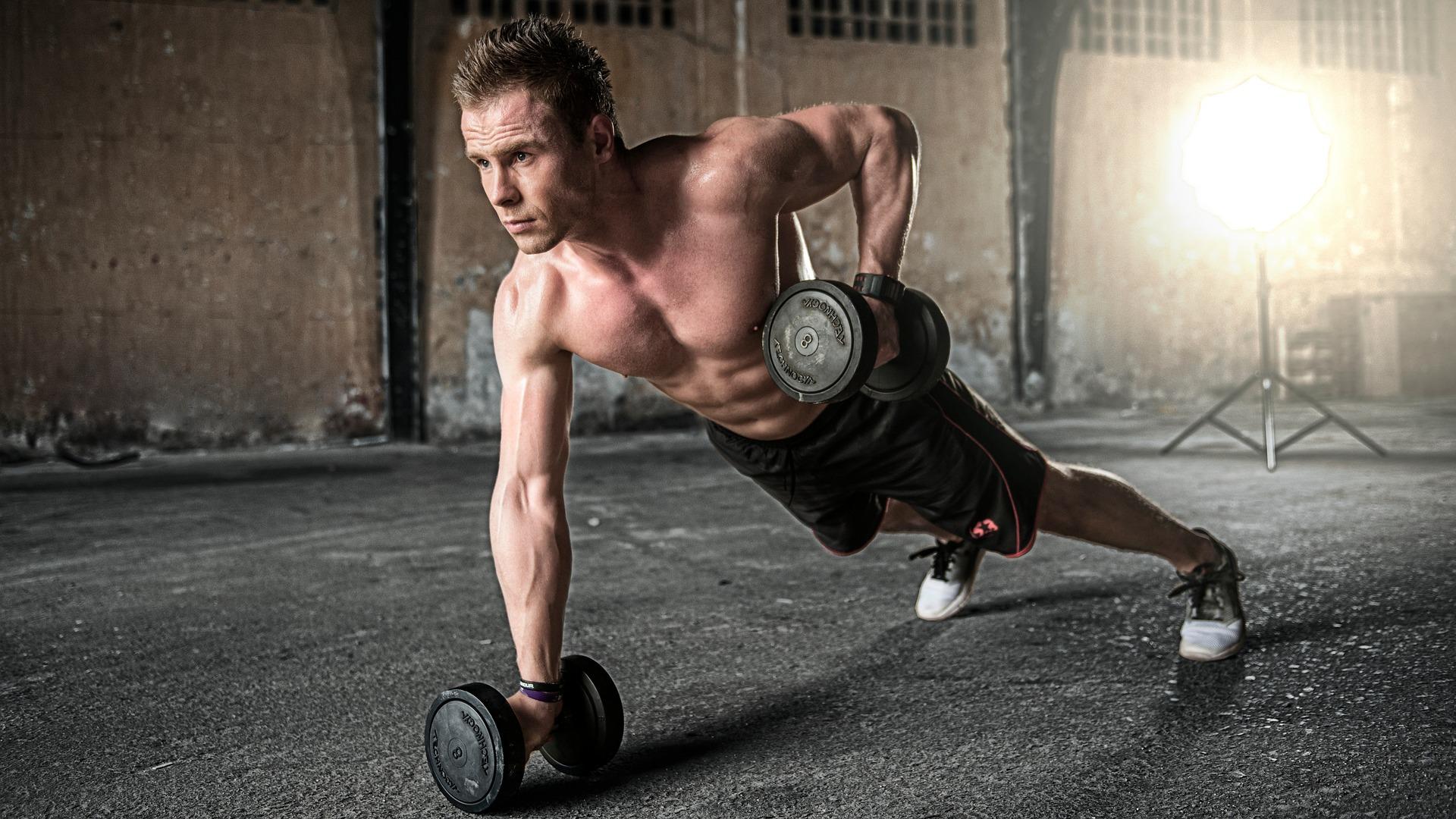 Mand dyrker motion