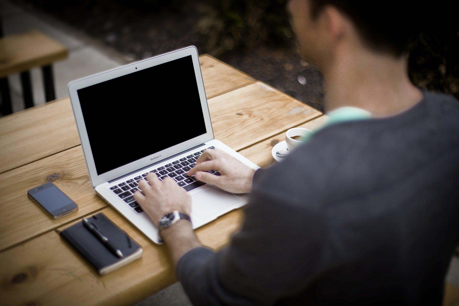 mand, arbejde, computer, blyant, papir, bog